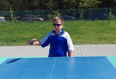 подача справа в настольном теннисе